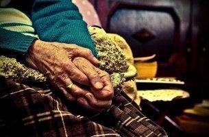 mani persone anziane