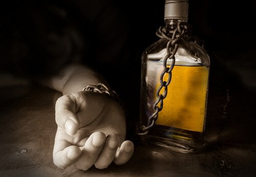 mano-incatenata-a-una-bottiglia-di-alcolico
