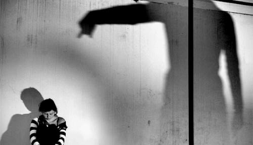 ombra-castiga-ragazza