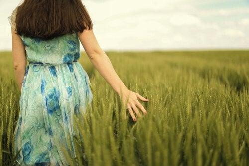 Ragazza cammina in campagna