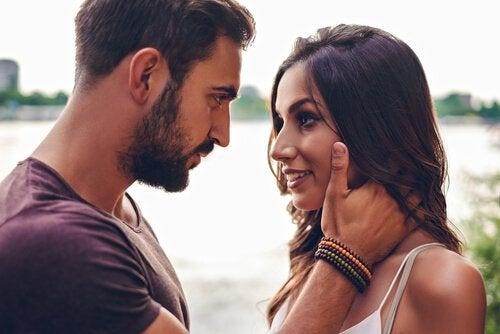 uomo-con-barba-e-donna-innamorata