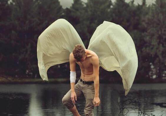 uomo-nel-fiume-con-ali-di-carta