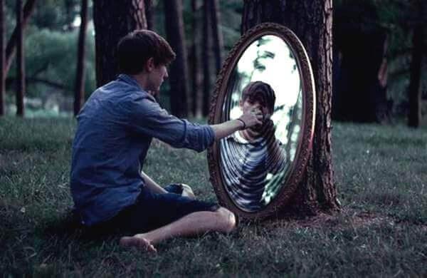 uomo-tocca-specchio