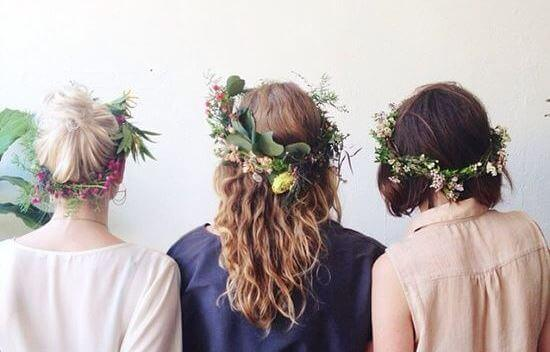 amiche-con-corone-di-fiori