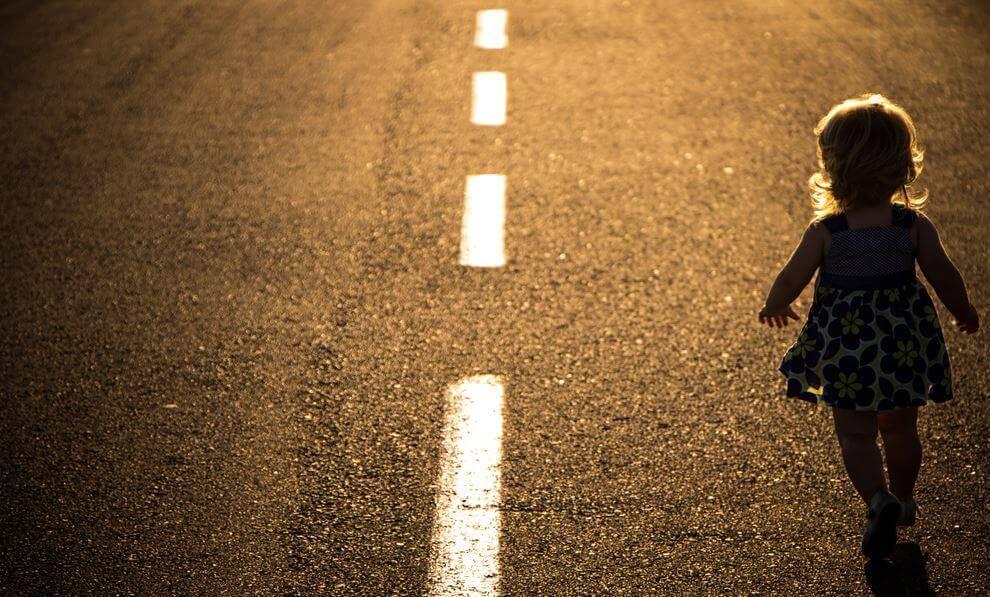 bambina-che-cammina-per-strada