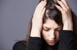 L'ansia donna-che-si-tiene-la-testa