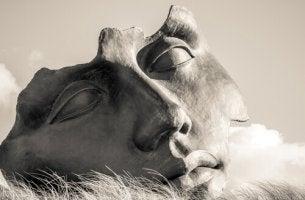 faccia-di-una-statua personalità