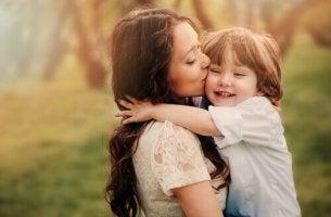 maternità madre-che-da-un-bacio-al-figlio