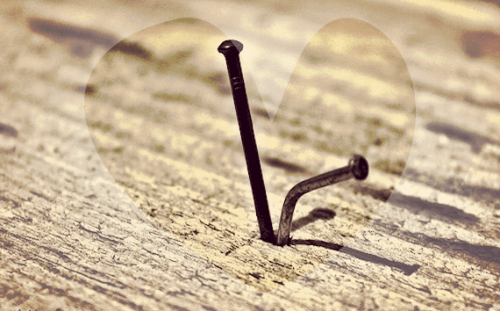 Chiodo non scaccia chiodo: è il martello che l'ha piantato a toglierlo