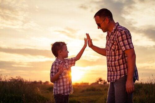 padre-e-figlio-collaborano