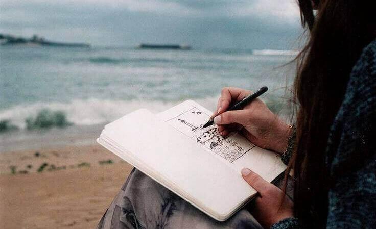 ragazza-disegna-sulla-spiaggia