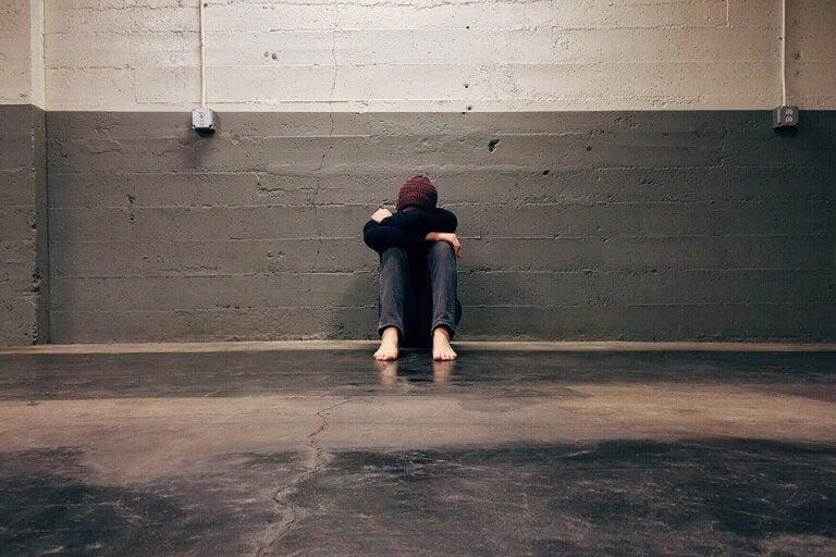 ragazzo-accovacciato-piange