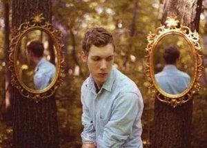 ragazzo-e-due-specchi