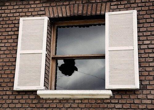 vetro-della-finestra-rotto