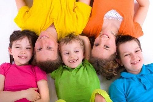 bambini e adulti felici