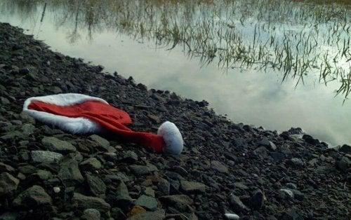 Cappello di Babbo Natale sulla riva di un fiume