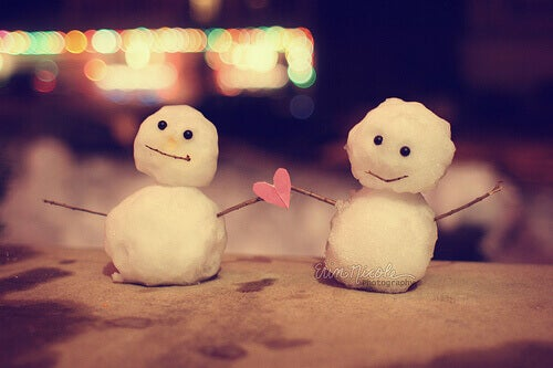 Pupazzi di neve con cuore in mano