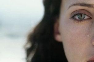 Donna in lacrime che soffre di depressione reattiva