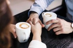 coppia si tiene per mano