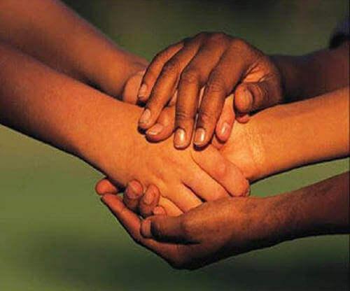 Stare insieme alle persone e non al di sopra di loro ci rende migliori