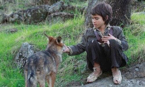 Tra i lupi: la storia del bambino che sopravvisse in mezzo alla natura