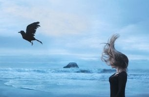 donna con corvo