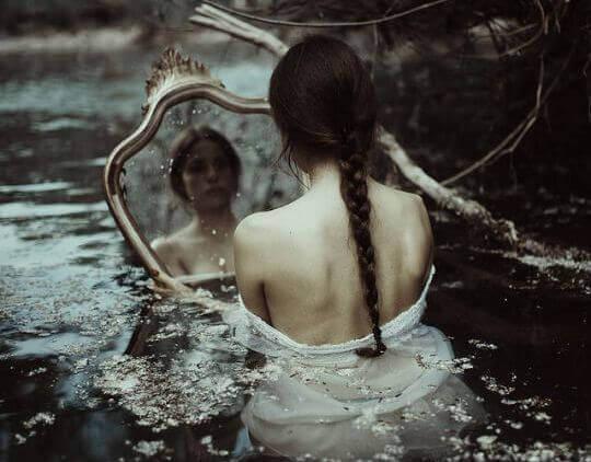 donna triste allo specchio