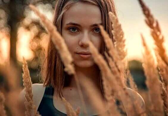 ragazza in campo di grano