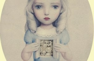 Bambina sembianze bambola ingranaggi indifferenza
