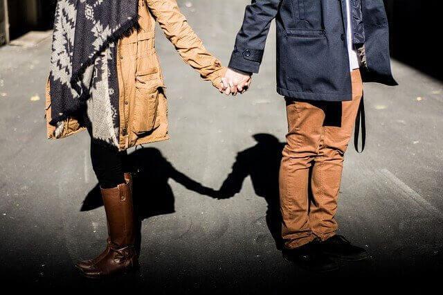 coppia con disturbo dipendente di personalità per strada