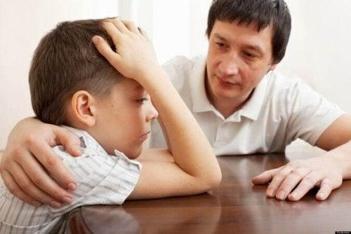Genitore e figlio affetto da schizofrenia infantile