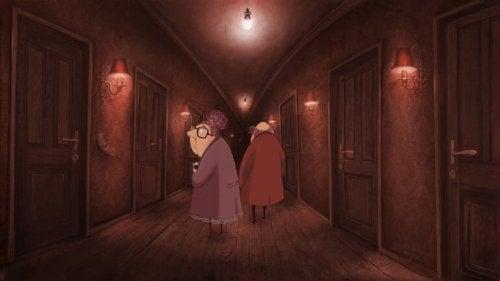 Coppia anziana in un corridoio