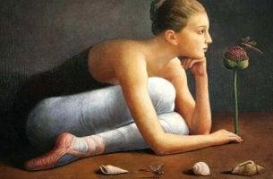 Ballerina che apprezza i dettagli preziosi