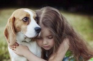 bambina abbraccia cane l'empatia dei cani