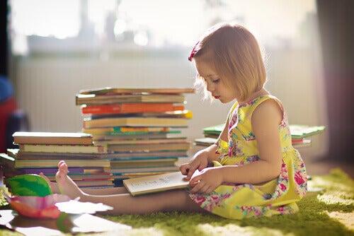 Bambina legge libri per credere in se stessi
