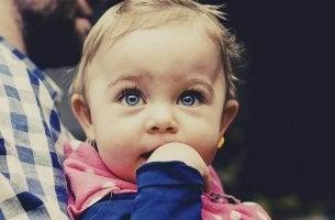 Normale sviluppo di un bambino tra i 4 e i 6 mesi