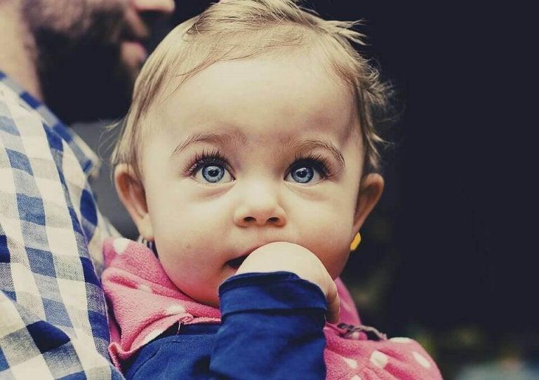 Qual è il normale sviluppo di un bambino tra i 4 e i 6 mesi?