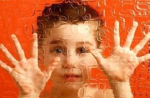 Bambino con schizofrenia infantile