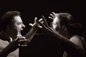 coppia che urla eteroaggressività