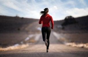 Donna che corre in mezzo a una strada deserta