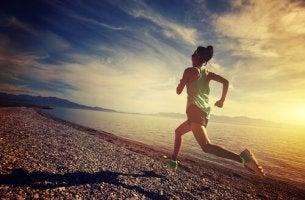 ragazza che corre conosce la resilienza nello sport