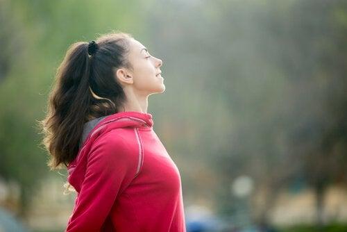 Donna mentre pratica la mindfulness sportiva