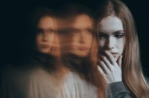 Donna che soffre di fobia sociale e i suoi riflessi