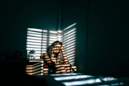 Donna vittima di abuso in una stanza al buio