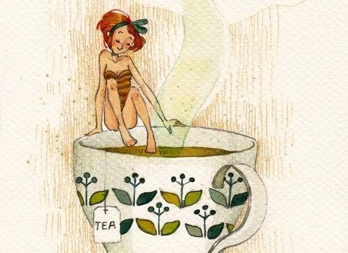 Donna contenta che si fa il bagno in una tazza di tè