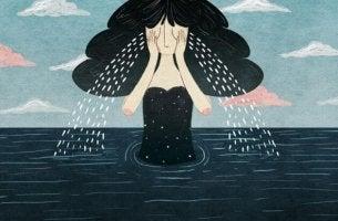 Donna piange nel mare morte di una persona cara