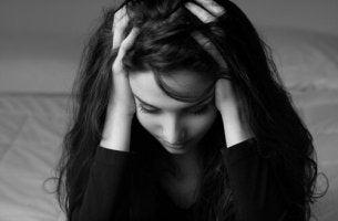 Donna preoccupata che soffre di disturbo da evitamento esperienziale