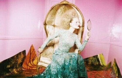 Donna che guarda allo specchio i suoi limiti