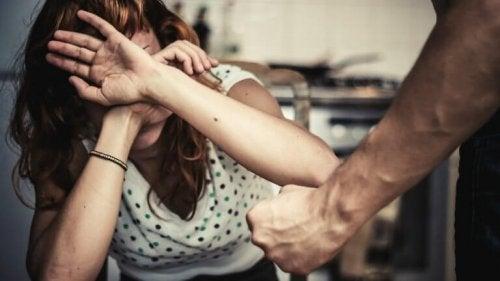 uomo che attua la violenza di genere