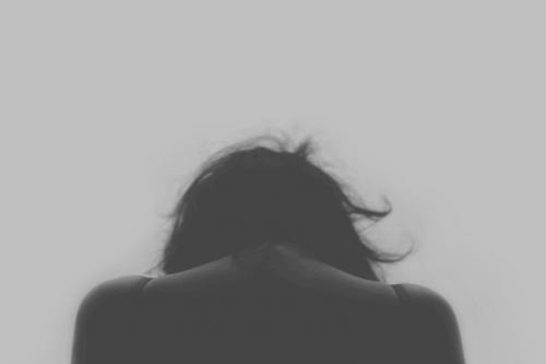 Donna di spalle vittima di abuso